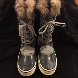 Winter boots with faux fur trim